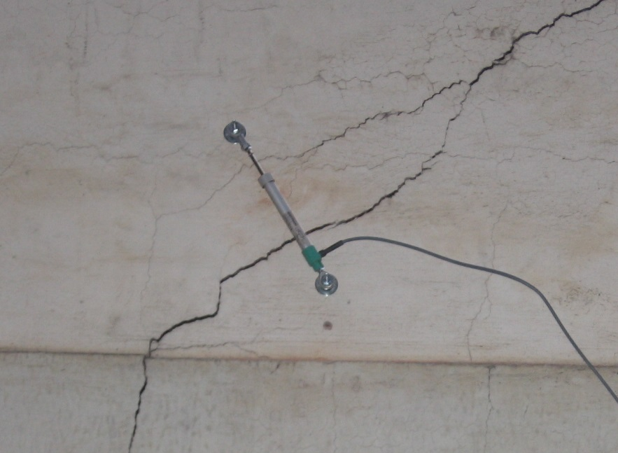 Cracks monitoring on a public building in Torino